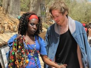 Le blogueur Nicolas Dagenais avec une vendeuse de souvenir, sur l'ïle de Gorée (Crédit Photo : Pierrick de Morel)